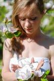 Όμορφο κορίτσι ανοίξεων με τα λουλούδια Στοκ Φωτογραφίες