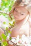 Όμορφο κορίτσι ανοίξεων με τα λουλούδια Στοκ εικόνα με δικαίωμα ελεύθερης χρήσης