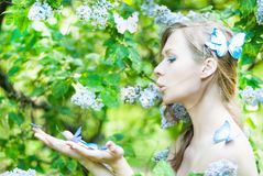Όμορφο κορίτσι ανοίξεων με τα λουλούδια Στοκ φωτογραφία με δικαίωμα ελεύθερης χρήσης