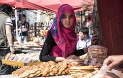 Όμορφο κορίτσι από το πωλώντας ψωμί Xinjiang, Σαγκάη Στοκ Φωτογραφία
