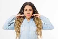 Όμορφο κορίτσι αφροαμερικάνων με το afro hairstyle και πουκάμισο τζιν που απομονώνεται στο άσπρο υπόβαθρο Αποτελέστε και διαμορφώ στοκ φωτογραφίες με δικαίωμα ελεύθερης χρήσης