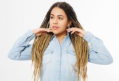 Όμορφο κορίτσι αφροαμερικάνων με το afro hairstyle και πουκάμισο τζιν που απομονώνεται στο άσπρο υπόβαθρο Αποτελέστε και διαμορφώ στοκ φωτογραφία με δικαίωμα ελεύθερης χρήσης