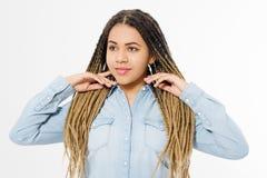 Όμορφο κορίτσι αφροαμερικάνων με το afro hairstyle και πουκάμισο τζιν που απομονώνεται στο άσπρο υπόβαθρο Αποτελέστε και διαμορφώ στοκ εικόνα