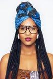 Όμορφο κορίτσι αφροαμερικάνων στα προστατευτικά δίοπτρα που εξετάζει τη κάμερα Στοκ φωτογραφίες με δικαίωμα ελεύθερης χρήσης