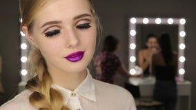 Όμορφο κορίτσι γοητείας με την κοντή ξανθή τρίχα απόθεμα βίντεο