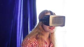 Όμορφο κορίτσι γυαλιά μιας εικονικής πραγματικότητας δοκιμής στο σπίτι φιλμ μικρού μήκους