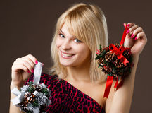 όμορφο κορίτσι διακοσμήσεων Χριστουγέννων στοκ εικόνες