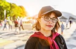 Όμορφο κορίτσι εφήβων κοντά στο στάδιο Στοκ εικόνες με δικαίωμα ελεύθερης χρήσης