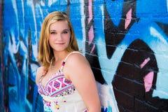 Όμορφο κορίτσι εφήβων & μπλε τοίχος γκράφιτι Στοκ Φωτογραφία