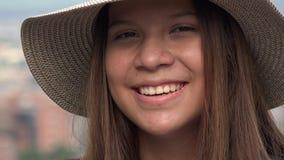 Όμορφο κορίτσι εφήβων που χαμογελά και που φυσά ένα φιλί απόθεμα βίντεο