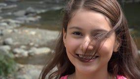 Όμορφο κορίτσι εφήβων τη θυελλώδη ημέρα απόθεμα βίντεο