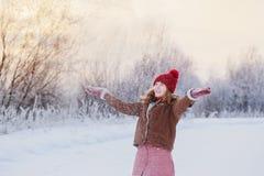 Όμορφο κορίτσι εφήβων υπαίθριο το χειμώνα στοκ εικόνα