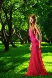 όμορφο κορίτσι κήπων μήλων Στοκ Εικόνες