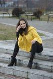 Όμορφο κορίτσι κίτρινο χειροποίητο πλεκτό poncho Στοκ Εικόνα