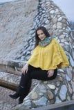 Όμορφο κορίτσι κίτρινο χειροποίητο πλεκτό poncho Στοκ εικόνα με δικαίωμα ελεύθερης χρήσης