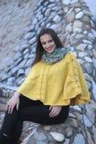Όμορφο κορίτσι κίτρινο χειροποίητο πλεκτό poncho Στοκ φωτογραφία με δικαίωμα ελεύθερης χρήσης