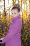 Όμορφο κορίτσι και η πτώση Στοκ εικόνες με δικαίωμα ελεύθερης χρήσης