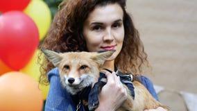 Όμορφο κορίτσι και κόκκινη εγχώρια αλεπού φιλμ μικρού μήκους