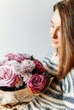 Όμορφο κορίτσι και πορφυρή ανθοδέσμη λουλουδιών τριαντάφυλλων Στοκ φωτογραφία με δικαίωμα ελεύθερης χρήσης