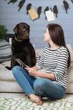 Όμορφο κορίτσι και το σκυλί της που εξετάζουν το ένα το άλλο Στοκ Εικόνες