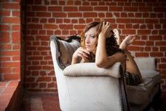 όμορφο κορίτσι καναπέδων Στοκ εικόνες με δικαίωμα ελεύθερης χρήσης