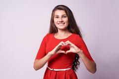 όμορφο κορίτσι Καρδιά Αγάπη πορτρέτο brunette Στοκ Φωτογραφίες