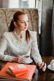 όμορφο κορίτσι καφέδων Στοκ εικόνα με δικαίωμα ελεύθερης χρήσης