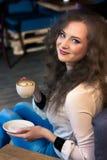 όμορφο κορίτσι καφέ Στοκ εικόνα με δικαίωμα ελεύθερης χρήσης
