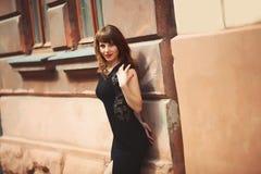όμορφο κορίτσι κοντά στον τοίχο Στοκ εικόνα με δικαίωμα ελεύθερης χρήσης
