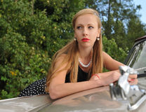 Όμορφο κορίτσι κοντά στο αυτοκίνητο Στοκ εικόνες με δικαίωμα ελεύθερης χρήσης