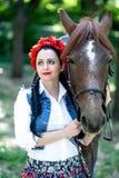 Όμορφο κορίτσι κοντά στο καφετί άλογο Στοκ φωτογραφία με δικαίωμα ελεύθερης χρήσης