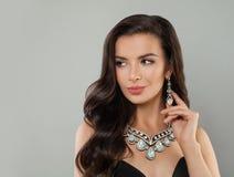 Όμορφο κορίτσι κοσμήματος Τέλεια γυναίκα στο περιδέραιο διαμαντιών και το πορτρέτο σκουλαρικιών στοκ εικόνες με δικαίωμα ελεύθερης χρήσης