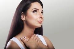 Όμορφο κορίτσι Κρατά το στήθος του ανατρέχοντας Όμορφο, καλά-καλλωπισμένο δέρμα Τρίχα η έννοια της ομορφιάς και της υγείας σε μια Στοκ Εικόνες