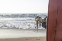Όμορφο κορίτσι κυματωγών με ένα longboard στην παραλία στοκ εικόνες