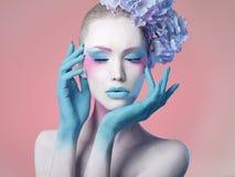 όμορφο κορίτσι Λουλούδι hairstyle Τέχνη σώματος Στοκ Εικόνες