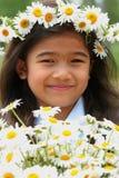 όμορφο κορίτσι μαργαριτών κορωνών λίγα Στοκ Φωτογραφία