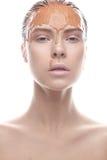 Όμορφο κορίτσι με έναν δημιουργικό άργιλο makeup Πρόσωπο ομορφιάς στοκ εικόνα με δικαίωμα ελεύθερης χρήσης