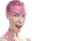 Όμορφο κορίτσι με έναν δημιουργικό άργιλο makeup Πρόσωπο ομορφιάς Πρότυπο με το ίδρυμα στο πρόσωπό της Στοκ Φωτογραφία