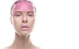 Όμορφο κορίτσι με έναν δημιουργικό άργιλο makeup Πρόσωπο ομορφιάς Πρότυπο με το ίδρυμα στο πρόσωπό της Στοκ εικόνες με δικαίωμα ελεύθερης χρήσης