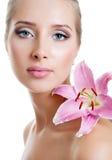 Όμορφο κορίτσι με έναν κρίνο λουλουδιών Στοκ εικόνα με δικαίωμα ελεύθερης χρήσης