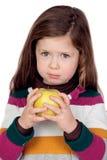 Όμορφο κορίτσι με ένα κίτρινο μήλο Στοκ Εικόνες