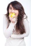 Όμορφο κορίτσι με ένα κίτρινο μήλο Στοκ εικόνες με δικαίωμα ελεύθερης χρήσης