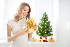 Όμορφο κορίτσι με ένα κιβώτιο δώρων Στοκ φωτογραφία με δικαίωμα ελεύθερης χρήσης