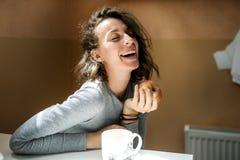 Όμορφο κορίτσι με ένα μήλο στο χέρι της που γελά στη κάμερα Στοκ Φωτογραφίες