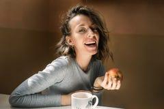 Όμορφο κορίτσι με ένα μήλο στο χέρι της που χαμογελά στη κάμερα Στοκ φωτογραφία με δικαίωμα ελεύθερης χρήσης
