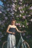 Όμορφο κορίτσι με ένα ποδήλατο ένα καλοκαίρι πάρκων Στοκ εικόνες με δικαίωμα ελεύθερης χρήσης