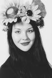 Όμορφο κορίτσι με ένα στεφάνι στο κεφάλι του στοκ εικόνα