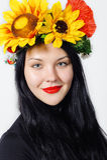 Όμορφο κορίτσι με ένα στεφάνι στο κεφάλι του στοκ φωτογραφίες