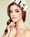 Όμορφο κορίτσι με ένα στεφάνι των λουλουδιών στο κεφάλι της στοκ φωτογραφία με δικαίωμα ελεύθερης χρήσης