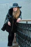 Όμορφο κορίτσι με ένα χαμόγελο στους περιπάτους καπέλων γύρω από την πόλη Στοκ Εικόνα